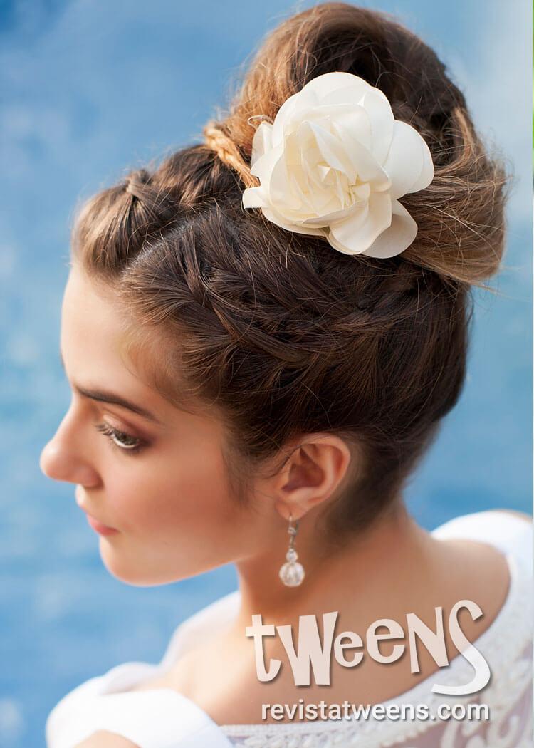 Peinado de 15 recogido con rodete y flor