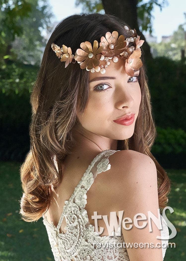 Peinado De 15 Anos Con Ondas Suelto Y Vincha De Flores Coni Suarez