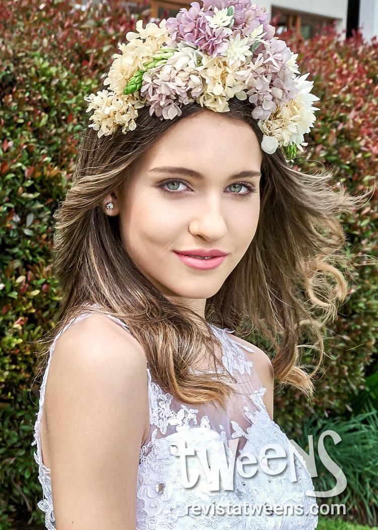 Peinado De 15 Anos Suelto Con Gran Corona De Flores Sh Make Up
