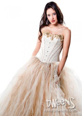 b04c0cbe67 Vestido de 15 años blanco y champagne con detalles dorados.