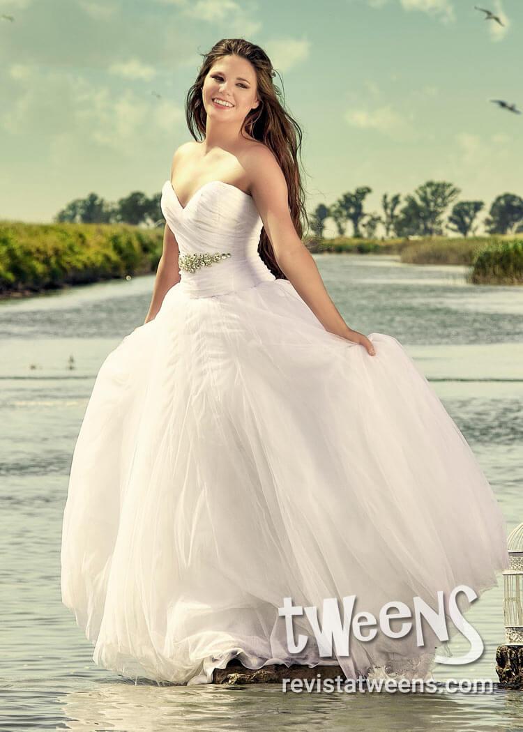 Vestido de 15 años blanco y largo con corset drapeado