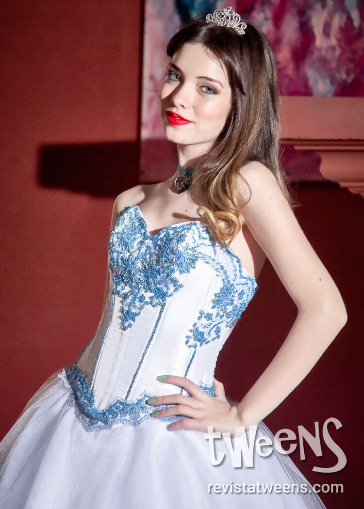 Vestido de 15 blanco con bordados en turquesa en corset