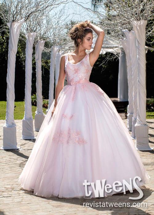 Vestido de 15 años blanco con detalles en rosa