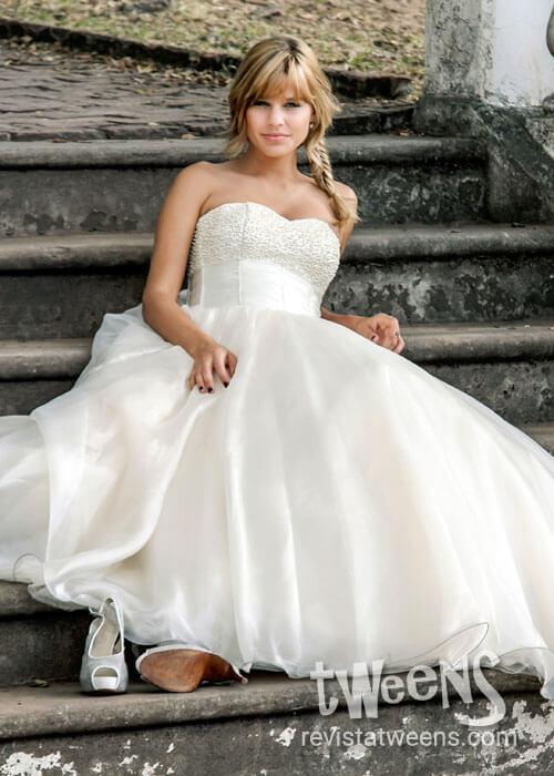 Hermoso vestido de 15 años blanco con corset bordado